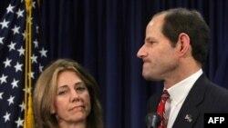 Губернатор Спитцер (справа) принес извинения жене (слева) и избирателям, но не пояснил, за что именно