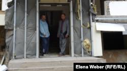 """Жители жилого комплекса в микрорайоне """"Бесоба"""". Караганда, 3 октября 2012 года. Фото сделано до сноса жилого комплекса."""