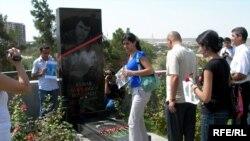 Elmar Hüseynov 2005-ci il martın 2-də Bakıda, yaşadığı evin blokunda odlu silahla qətlə yetirilib