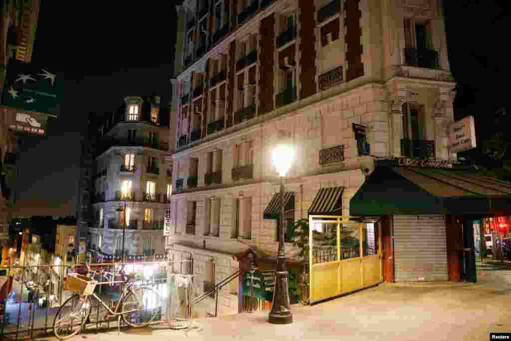 Улиците на Монмартр в Париж останаха пусти в събота вечерта заради вечерния час, който ще бъде в сила всеки ден от 21 до 6 часа.