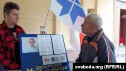 Актывіст БХД Сяргей Верамеенка выслухоўвае выбарцаў