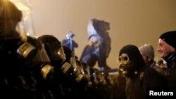 Газдан қорғайтын маска киген шерушілер. Будапешт, 13 желтоқсан 2018 жыл