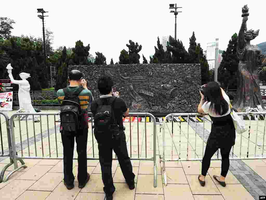 Кітай, Ган-Конг. У адным з паркаў людзі фатаграфуюць інсталяцыі, якія нагадваюць аб падаўленьні студэнцкіх пратэстаў на пляцы Цяньаньмэнь у 1989 годзе.