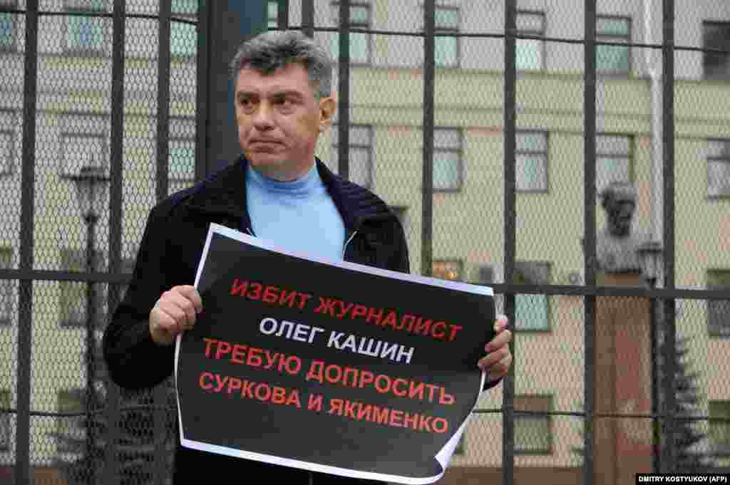 Nemtsov holds a one-man protest demanding that authorities investigate the beating of journalist and commentator Oleg Kashin in 2011.