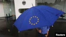 Nemac sa kišobranom prolazi pored Ustavnog suda, 11. septembar 2012.