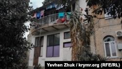 В одном из вспомогательных домиков особняка Мельцера сейчас живут люди
