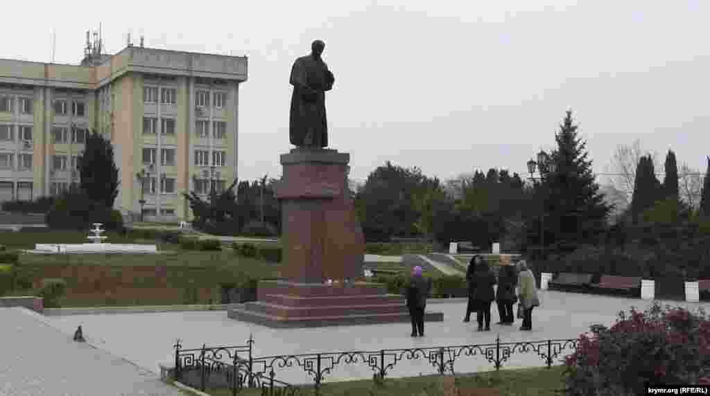 Севастополь. Біля пам'ятника Тарасу Шевченку збираються люди