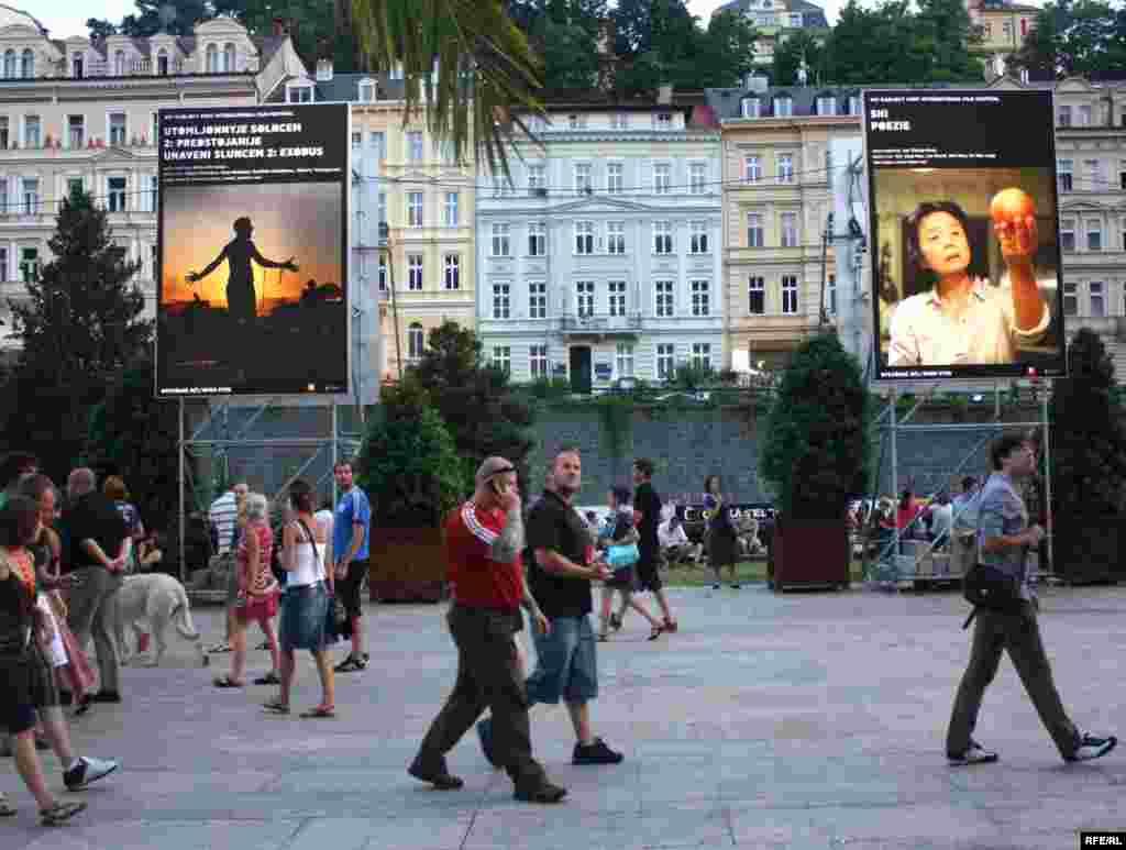 پوسترهایی از فیلمهای جشنواره که در سطح شهر و در معرض دید عموم قرار گرفتهاند