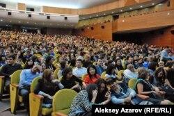 Зрители юбилейного концерта A'Studio во Дворце республики. Алматы, 9 октября 2012 года.