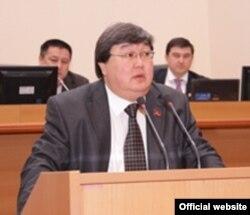 Қырғызстан парламентінің төрағасы Зайнидин Құрманов сөз сөйлеп тұр. 24 желтоқсан 2009 ж.