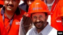 محمود احمدی نژاد در جریان دیدار از یک شرکت نفتی ونزوئلایی در سال ۲۰۰۶