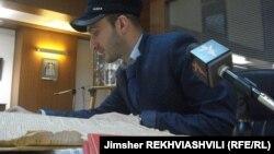 Проект, в рамках которого был создан абхазский уголок, осуществляется при поддержке ООН. Сейчас в библиотеке работают над тем, чтобы восполнить практически полное отсутствие в библиотеке современной абхазской литературы и печатной прессы