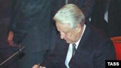 Б. Н. Ельцин 1993-жылдын 21-сентябрында Жогорку Кеңешти тарата турган жардыкка кол койгон.