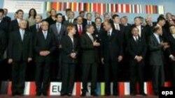 Традиционное фотографирование на память. Европейских лидеров становится все больше, и на общем фото они почти неразличимы