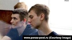 Дмитрий Пчелинцев (справа) в суде