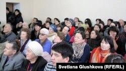 «Благодать» шіркеуіне келушілер пастордың сот процесіне қатысып отыр. Астана, 22 қаңтар 2014 жыл.