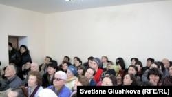 Присутствующие на процессе по делу пастора прихожане его церкви. Астана, 22 января 2014 года.