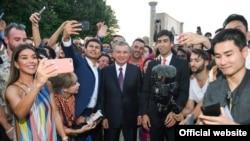 Президент Шавкат Мирзияев с блогерами и журналистами в Самарканде, 26 августа 2019 года.