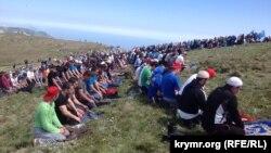 Акция посвященный 70-летию депортации крымских татар. Крым, гора Чатыр-Даг, 10 мая 2014 года.