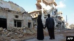 Ілюстраційне фото. Подружжя мешканців Алеппо біля зруйнованого будинку у північно-східному районі Алеппо Хайдарії, грудень 2016 року