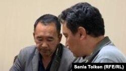 Активист Ербол Есхожин (cлева) со своим адвокатом на одном из предыдущих судов в отношении него. Нур-Султан, 25 августа 2019 года.