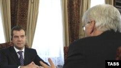 Russian President Dmitry Medvedev (left) and German Foreign Minister Frank-Walter Steinmeier open talks.