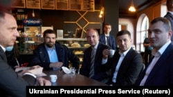 Президент Украины Владимир Зеленский, глава администрации президента Андрей Ермак и другие официальные лица посещают кафе на фоне вспышки коронавирусной болезни (COVID-19) в Хмельницком, 3 июня 2020 года.
