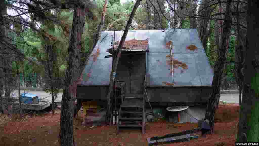 Домик под соснами от крыши до стен обшит оцинковкой