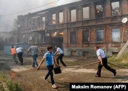 Жители и полицейские тушат пожар в Ростове-на-Дону