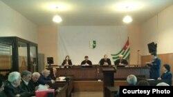 Суд под председательством Романа Кварчия рассматривает это дело с 5 ноября 2013 года. Обвиняемых – девять человек, их интересы защищают десять адвокатов, еще двое – в розыске