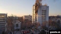 Пожар на 8-м этаже 12-этажного бизнес-центра в Ташкенте. Фото: Gazeta.uz.