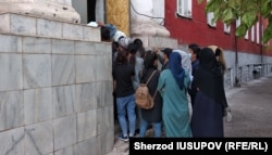 Узбекские студенты, пытающиеся забрать свои документы из ОшГУ. Фото Шерзода Юсупова.
