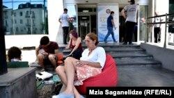 Активист Ната Перадзе, которая в знак протеста на протяжении пяти дней голодает у стен мэрии, говорит, что мэрия давно превратилась в контору, обслуживающую интересы девелоперов