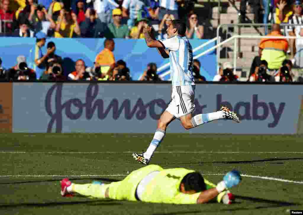 Argentina-İsveçrə - 1:0. Angel Di Maria isveçrəlilərin qapısına vurduğu qolu bayram edir.
