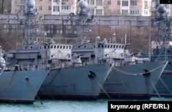 Український тральщик «Черкассы» (праворуч) у Стрілецькій бухті окупованого Севастополя