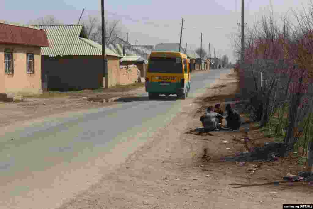 Автобус на улице населенного пункта Жанаталап.