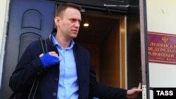 Олексій Навальний виходить із приміщення Кіровського суду, 24 квітня 2013 року