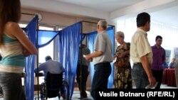 La o secţie de votare din Chişinău, 19 iunie 2011