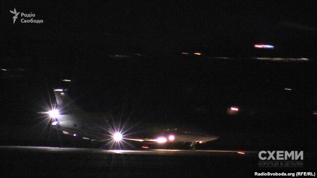 Приватний літак Falcon 7X із Петром Порошенком на борту приземлився у Києві