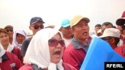 «Доссормұнайгаз» кәсіпорыны жұмысшылары еңбекақы төлеміне қатысты талаптарын айтып тұр. Мақат ауданы, Атырау облысы, 1 шiлде 2010 жыл.