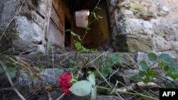 Cvijeće na ulazu u zapaljenu kuću u Gruborima, zaseoku pored Plavnog, oko 20 kilometara udaljenom od Knina, gdje je 25. kolovoza 1995. ubijeno petero starijih mještana srpske nacionalnosti