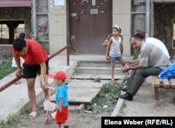 """Жители жилого комплекса """"Бесоба"""", чьи дома пойдут под снос. Караганда, июль 2012 года."""