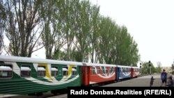 Свіжопофарбовані до літа вагони та локомотиви