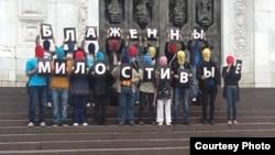 Акция в поддержку Pussy Riot у Храма Христа Спасителя. Фотография из твиттера @TimurKhorev