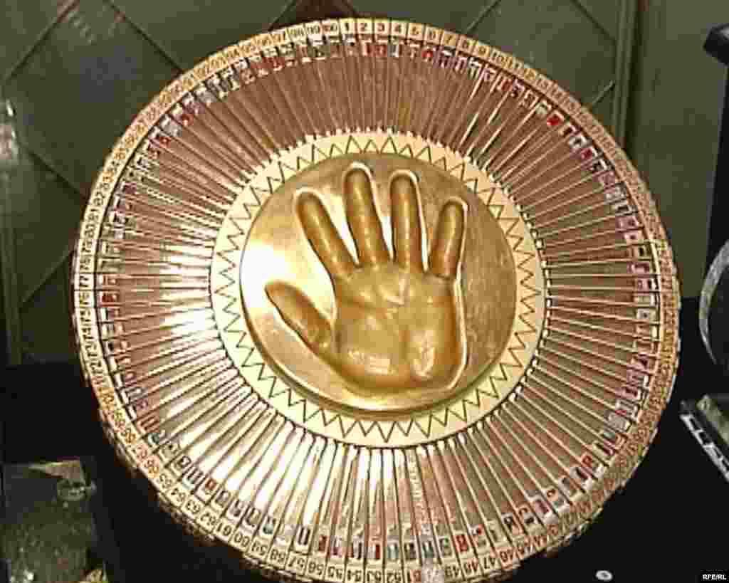 Астанадағы Нұрсұлтан Назарбаевтың музейіндегі оның алақанының бедері.