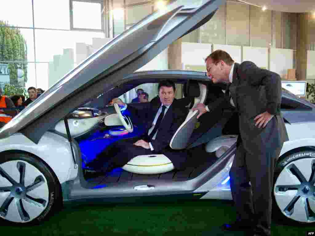 Францыя: міністар прамысловасьці Крысьціян Эстрасі выпрабоўвае прататып электрамабіля на заводзе Renault.