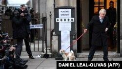 Premierul britanic Boris Johnson a votat de dimineață, la o secție din centrul Londrei, însoțit de cățelul său, Dilyn.