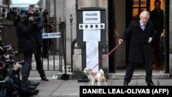 Baş nazir Boris Johnson öz iti ilə seçki məntəqəsindən çıxır