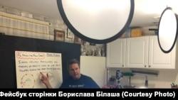 Вчитель Борислав Білаш записує відеоурок