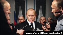 "Плакат ""Репортеров без границ"": ""Политики без пределов требуют репортеров без границ"""